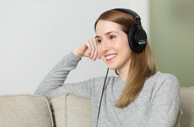 femme ecouteurs distance